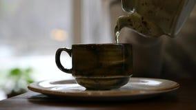 Χύστε έξω teapot, εύγευστο παρασκευασμένο πράσινο τσάι σε αργή κίνηση, 1920x1080, πλήρες hd φιλμ μικρού μήκους