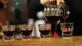 Χύστε πέρα από ολόκληρη διαδικασία μεθόδου καφέ την παρασκευάζοντας από το κορίτσι barista Το κορίτσι Barista χύνει τον καφέ στα  απόθεμα βίντεο
