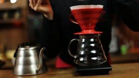 Χύστε πέρα από ολόκληρη διαδικασία μεθόδου καφέ την παρασκευάζοντας από το κορίτσι barista Καφές Barista girlpours στο φίλτρο απόθεμα βίντεο