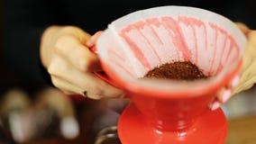 Χύστε πέρα από ολόκληρη διαδικασία μεθόδου καφέ την παρασκευάζοντας από το κορίτσι barista Το κορίτσι Barista χύνει τον καφέ στο  απόθεμα βίντεο