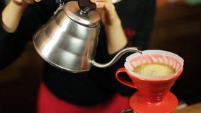 Χύστε πέρα από ολόκληρη διαδικασία μεθόδου καφέ την παρασκευάζοντας από το κορίτσι barista Το κορίτσι Barista χύνει το νερό στο φ φιλμ μικρού μήκους