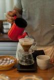 Χύστε πέρα από την παρασκευή σταλαγματιάς καφέ Στοκ εικόνες με δικαίωμα ελεύθερης χρήσης