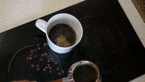 Χύστε σε ένα άσπρο φλιτζάνι του καφέ που μαγειρεύεται σε ένα κύπελλο επάνω από την όψη 4k, 3840x2160 HD απόθεμα βίντεο