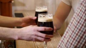 Χύστε την μπύρα δύο στο φραγμό φιλμ μικρού μήκους