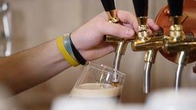Χύστε την μπύρα στο φραγμό απόθεμα βίντεο