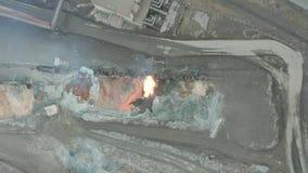 Χύστε τη λειωμένη σκουριά από την κινητήρια δεξαμενή diesel σε μεταλλουργικές εγκαταστάσεις εναέρια όψη απόθεμα βίντεο
