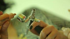 Χύστε το ίδρυμα στο airbrush φιλμ μικρού μήκους