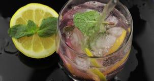 """Χύστε Ï""""Î¿ νερό σε ένα ποτήρι με τα φύλλα της μέντας, ασβέστης, λεμόνι, στΠφιλμ μικρού μήκους"""