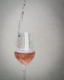 Χύστε το νερό σε ένα ποτήρι Στοκ φωτογραφία με δικαίωμα ελεύθερης χρήσης