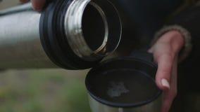 Χύστε το τσάι από μια κινηματογράφηση σε πρώτο πλάνο thermos απόθεμα βίντεο