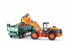 Χώμα φόρτωσης φορτωτών ροδών στο φορτηγό απορρίψεων στοκ εικόνα