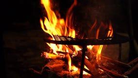 Χώρα πυρκαγιάς και κατσαρολών τη νύχτα απόθεμα βίντεο