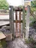 Χώρα τραίνων τρόπων ραγών που διασχίζει τον ξύλινο φράκτη στοκ φωτογραφίες με δικαίωμα ελεύθερης χρήσης