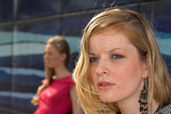 χώρια κορίτσια που στέκον& Στοκ εικόνες με δικαίωμα ελεύθερης χρήσης