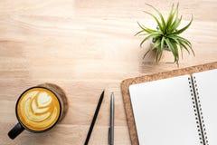 Χώρος εργασίας με τον ξύλινους πίνακα και τις προμήθειες γραφείων γραφείων Στοκ Εικόνες