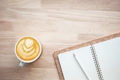 Χώρος εργασίας με τον ξύλινους πίνακα και τις προμήθειες γραφείων γραφείων Στοκ εικόνες με δικαίωμα ελεύθερης χρήσης