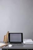 Χώρος εργασίας με τον υπολογιστή και έγγραφα στην αρχή Στοκ φωτογραφία με δικαίωμα ελεύθερης χρήσης