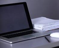 Χώρος εργασίας με τον υπολογιστή και έγγραφα στην αρχή Στοκ φωτογραφίες με δικαίωμα ελεύθερης χρήσης