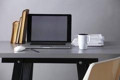 Χώρος εργασίας με τον υπολογιστή και έγγραφα στην αρχή Στοκ Εικόνα