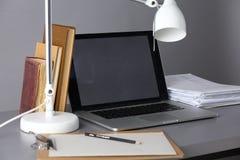 Χώρος εργασίας με τον υπολογιστή και έγγραφο στην αρχή Στοκ Φωτογραφία