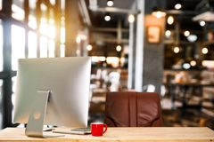 Χώρος εργασίας μπροστινής άποψης με τον υπολογιστή, ψηφιακά μέσα μάρκετινγκ στην εικονική οθόνη στοκ φωτογραφία