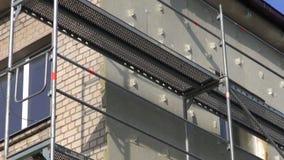 χώρος εργασίας μόνωσης ανακαίνισης σπιτιών με το ικρίωμα απόθεμα βίντεο