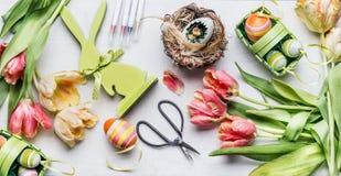 Χώρος εργασίας Πάσχας με τις όμορφες τουλίπες, τις ψαλίδες και τα διάφορα αυγά deco στο καλάθι Στοκ φωτογραφία με δικαίωμα ελεύθερης χρήσης