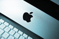 Χώρος εργασίας. Υπολογιστής της MAC της Apple στο γραφείο Στοκ Εικόνες