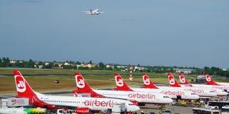 Χώρος στάθμευσης αεροσκαφών και αερολιμένας Tegel αεροπλάνων απογείωσης, Βερολίνο Γερμανία το Μάιο του 2016 Στοκ φωτογραφία με δικαίωμα ελεύθερης χρήσης