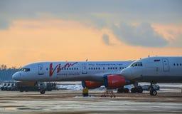 Χώρος στάθμευσης αεροσκαφών στον αερολιμένα στο ηλιοβασίλεμα Στοκ φωτογραφία με δικαίωμα ελεύθερης χρήσης