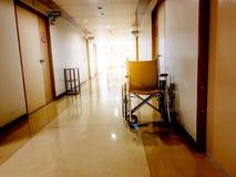 Χώρος στάθμευσης αναπηρικών καρεκλών στο μέτωπο του δωματίου στο νοσοκομείο Αναπηρική καρέκλα προσιτή για τους ηλικιωμένους ή άρρ στοκ εικόνες