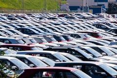 Χώρος στάθμευσης αποθήκευσης των νέων απούλητων αυτοκινήτων Τα αυτοκίνητα των διαφορετικών κατηγοριών και των χρωμάτων είναι στο  Στοκ φωτογραφία με δικαίωμα ελεύθερης χρήσης