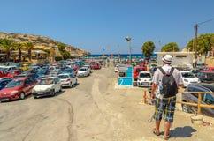 Χώρος στάθμευσης αυτοκινήτων κοντά στην παραλία Matala στο νησί της Κρήτης Στοκ Εικόνα
