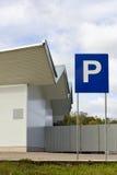 Χώρος στάθμευσης αυτοκινήτων κοντά στην πρότυπη αποθήκη εμπορευμάτων Στοκ Φωτογραφίες