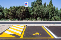 Χώρος στάθμευσης αυτοκινήτων με ειδικές ανάγκες ατόμων απομονωμένοι οι περιοχή πεζοί απαγόρευσαν τα περιορισμένα οδικά σημάδια επ Στοκ Εικόνες
