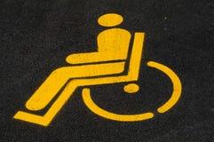Χώρος στάθμευσης αυτοκινήτων με ειδικές ανάγκες ατόμων μπλε όψη απόχρωσης οδικών σημαδιών γωνίας ευρέως Στοκ Εικόνες