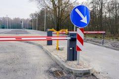Χώρος στάθμευσης αυτοκινήτων με τα εμπόδια ελέγχου εισόδων και εξόδων στοκ εικόνες με δικαίωμα ελεύθερης χρήσης