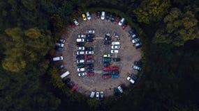 Χώρος στάθμευσης αυτοκινήτων που αντιμετωπίζεται άνωθεν, εναέρια άποψη Στοκ Εικόνες