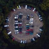 Χώρος στάθμευσης αυτοκινήτων που αντιμετωπίζεται άνωθεν, εναέρια άποψη Στοκ Φωτογραφίες