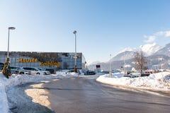 Χώρος στάθμευσης αυτοκινήτων σε Hauser Kaibling - ένα από τα τοπ χιονοδρομικά κέντρα της Αυστρίας: 44 ανελκυστήρες, 123 χιλιόμετρ στοκ εικόνες