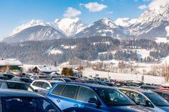 Χώρος στάθμευσης αυτοκινήτων σε Hauser Kaibling - ένα από τα τοπ χιονοδρομικά κέντρα της Αυστρίας Ορεινός όγκος Dachstein, περιοχ στοκ εικόνα με δικαίωμα ελεύθερης χρήσης