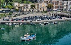 Χώρος στάθμευσης αυτοκινήτων στη μαρίνα Maiori, από την ακτή της Αμάλφης, Ιταλία στοκ φωτογραφία