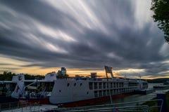 Χώρος στάθμευσης βαρκών ξενοδοχείων στον ποταμό Δούναβη στη Μπρατισλάβα στοκ εικόνες με δικαίωμα ελεύθερης χρήσης