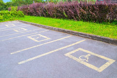 Χώρος στάθμευσης για τα άτομα με ειδικές ανάγκες - οδικά σημάδια που τυπώνονται στην άσφαλτο Στοκ φωτογραφίες με δικαίωμα ελεύθερης χρήσης