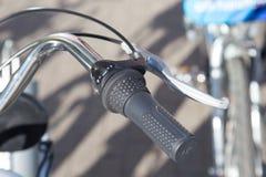 Χώρος στάθμευσης για τα ποδήλατα πόλη ποδηλάτων τιμόνι Οικολογική μεταφορά για τις μεγαλουπόλεις Φρένο των βοτσάλων και ενός κράν στοκ φωτογραφίες