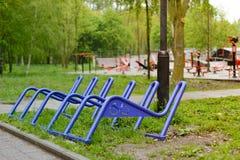 Χώρος στάθμευσης για τα ποδήλατα στο πάρκο Μετά από τη βροχή Στοκ φωτογραφία με δικαίωμα ελεύθερης χρήσης