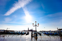 Χώρος στάθμευσης γονδολών στην προκυμαία της Βενετίας Στοκ Φωτογραφίες