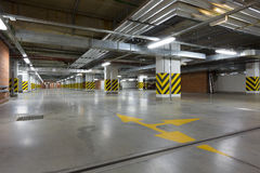 χώρος στάθμευσης επίδρασης αντίθεσης χρωμάτων υπόγεια Στοκ φωτογραφία με δικαίωμα ελεύθερης χρήσης