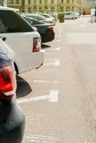 Χώρος στάθμευσης με τα αυτοκίνητα σε μια σειρά Στοκ Εικόνες