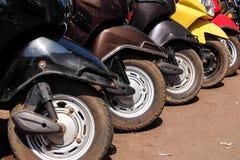 Χώρος στάθμευσης μηχανικών δίκυκλων ενοικίου στην οδό Panaji, Goa, Ινδία στοκ εικόνες